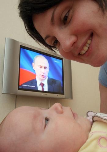 Путин: Инвестиции в развитие человека приносят зримые результаты: пятый год подряд растет рождаемость, четыре года подряд снижается смертность.  Фото: KIRILL KUDRYAVTSEV/AFP/Getty Images