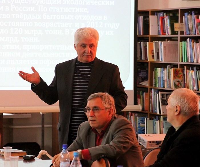 Владимир Савенков рассказывает о переработке отходов. Фото: Сергей Кузнецов/Великая Эпоха (The Epoch Times)