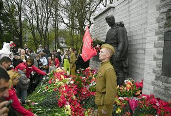 Мемориал «Бронзовый солдат», копия таллинского, открыт в Красной поляне в пригороде Сочи. Фото с сайта fotoklub.ru