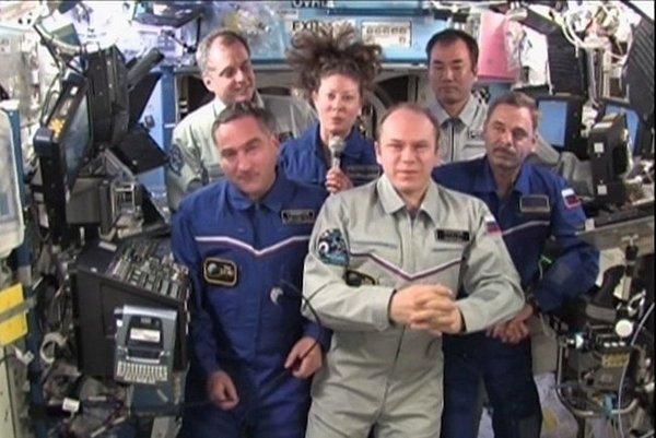 Президент России Дмитрий Медведев поздравил членов экипажа МКС, находящихся на орбите, с Днём космонавтики. Фото с сайта kremlin.ru