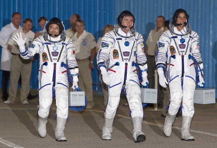 Космонавты Юрий Маленченко из  России, Сунита Уильямс из  США и Акихико Хосиде  из Японии   перед   стартом Союз ТМА-05М.  Фото: VYACHESLAV OSELEDKO/AFP/GettyImages