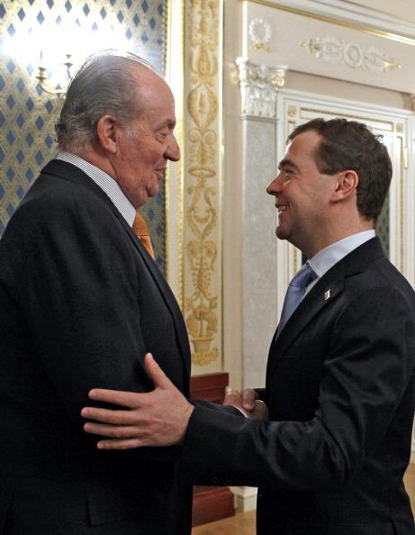 Король Испании Хуан Карлос прибыл в Россию. Дмитрий Медведев и король Испании Хуан Карлос I. Фото: DMITRY ASTAKHOV/AFP/Getty Images