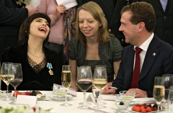 Мирей Матье получила от Президента России Дмитрия Медведева «Медаль дружбы»   Фото: DMITRY ASTAKHOV/AFP/Getty Images
