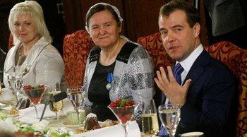 Дмитрий Медведев на встрече с многодетными матерями поздравил женщин c 8 марта. Фото с сайта kremlin.ru