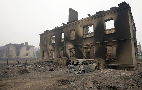 В Луховицком районе Московской области лесной пожар перекинулся на поселки, сгорают дома. Фоторепортаж. Фото: ALEXEY SAZONOV/ALEXEY DRUZHININ/AFP/Getty Images