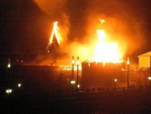 Власьевская башня Псковского Кремля сегодня ночью была объята пожаром. Фото: Валерия Фролова/baltinfo.ru