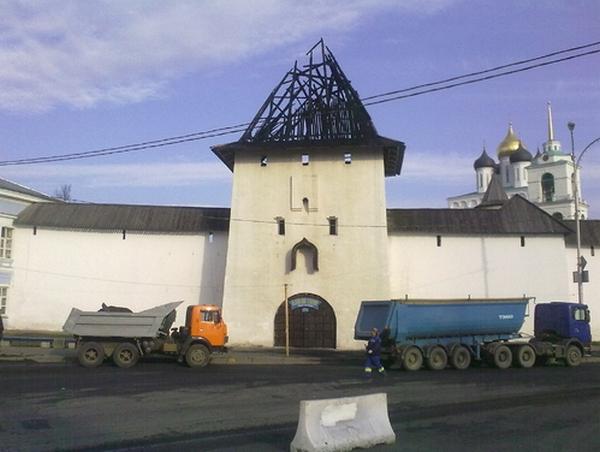 Власьевская башня Псковского Кремля сегодня ночью была объята пожаром.  Обгоревшая кровля башни. Фоторепортаж. Фото: Валерия Фролова/baltinfo.ru
