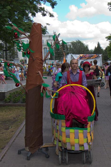 Парад детских колясок прошел в Новосибирске. Победитель Парада колясок — Вишнёвое дерево. Фото: Сергей Кузьмин/Великая Эпоха (The Epoch Times)