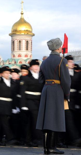 Торжественное шествие в честь парада 1941-го состоялось в Москве на Красной площади. Фото: DMITRY KOSTYUKOV/AFP/Getty Images
