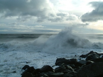 Танкер «Остров Монерон» из-за поломки двигателя дрейфует в штормовой зоне Охотского моря. Фото с сайта panoramio.com