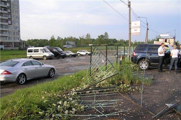 Торнадо в Колпино. Смерч в Санкт-Петербурге повредил машины, оборвал электропровода, повалил деревья. Фото с сайта fontanka.ru