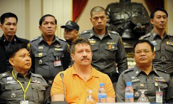 Алла Бут была допущена к арестованному в Таиланде Виктору Буту перед его экстрадицией. Фото. SAEED KHAN/AFP/Getty Images