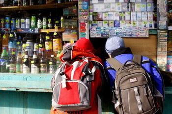 Продажу алкогольных напитков родителям с детьми предлагают запретить единороссы. Фото с сайта knews.kg
