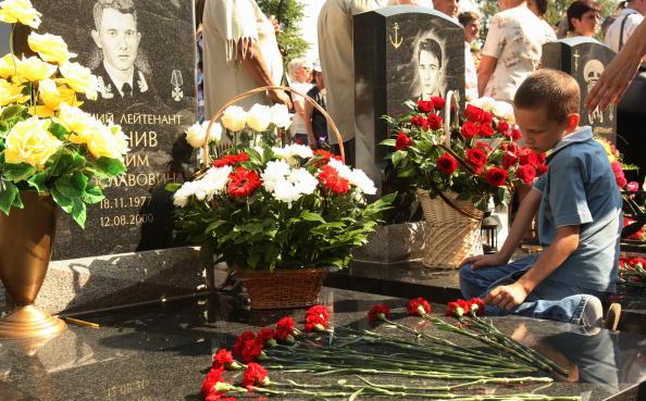 """Курск. 10 лет спустя. Траурные церемонии в память о моряках-подводниках с АПЛ  """"Курск"""" прошли в Санкт-Петербурге.  Фоторепортаж. Фото: KIRILL KUDRYAVTSEV/AFP/Getty Image"""