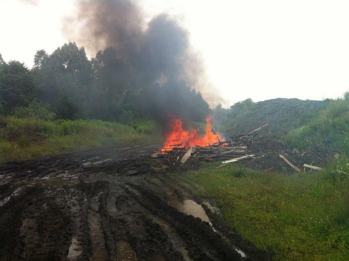 Место сжигания строительного мусора. Поселок Люблино Светловского городского округа, 19 июля. Фото предоставлено пресс-службой Общероссийской общественной организации