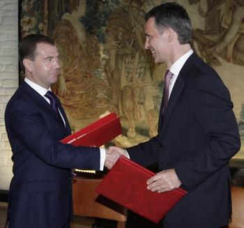 Дмитрий Медведев  подписал российско-норвежское соглашения о разграничении Баренцева моря. Фото: DMITRY ASTAKHOV/AFP/Getty Images