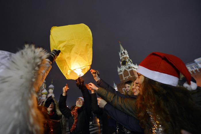 Новый год встретили в России. Фоторепортаж. Фото: NATALIA KOLESNIKOVA, ANDREY SMIRNOV, KIRILL KUDRYAVTSEV / Getty Images
