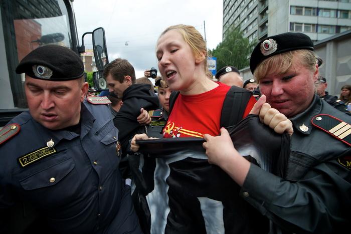 ОМОН  арестовывает активистку оппозиции,   принимавшей участие в несанкционированном митинге оппозиции у входа в федеральный следственный комитет 16 июня 2012 года. Фото:  ALEKSEY NIKOLAEV/AFP/GettyImages