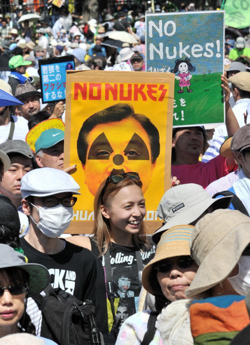 Митинг протеста против использования атомной энергии проводили лауреат Нобелевской премии Кэндзабуро Оэ и поп-звезда Рюичи Сакамото в парке Ёёги в Токио 16 июля 2012 г. Фото: YOSHIKAZU TSUNO/AFP/GettyImages