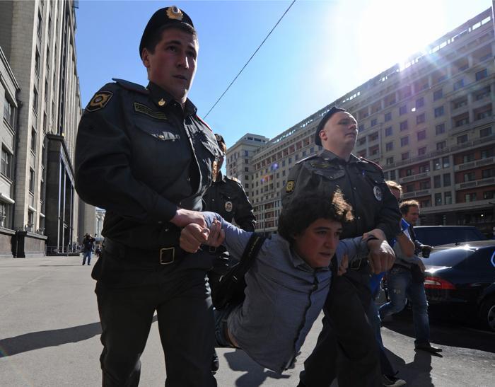 Сотрудники полиции задерживают протестующих против приятия ужесточения закона о собраниях 5 июня 2012 г. Фото: ANDREY SMIRNOV/AFP/GettyImages)