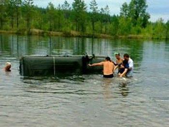 На реке Лене утонул автомобиль: погибли трое детей. Фото: Пресс-служба ГУ МЧС России по Иркутской области