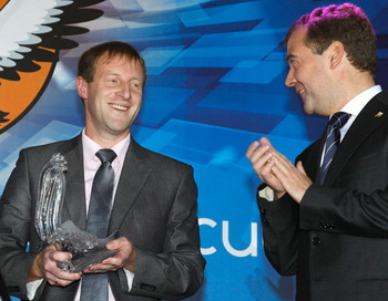 Президент РФ Дмитрий Медведев вручает статуэтку
