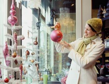 Скоро наступят новогодние праздники. Можно уже начать  знакомиться с ассортиментом магазинов и выбрать что-нибудь подходящее. Фото:  Getty Images
