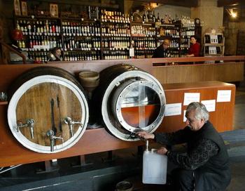 В России могут ввести запрет на ночную торговлю алкоголем. Фото: Vano SHLAMOV/AFP/Getty Images