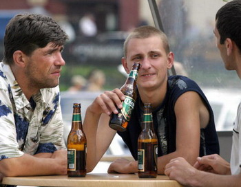 Ночную продажу алкоголя в Москве запретили окончательно. Фото: TATYANA MAKEYEVA/AFP/Getty Images