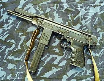На месте ДТП в пластиковом пакете нашли  пистолет-пулемет «К6–92» («Борз»). Фото с сайта jan-voskresensk.livejournal.com