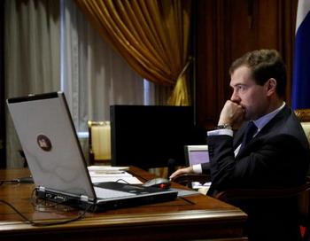 Дмитрий  Медведев проведет сегодня прием граждан через интернет. Фото: DMITRY ASTAKHOV/AFP/Getty Images