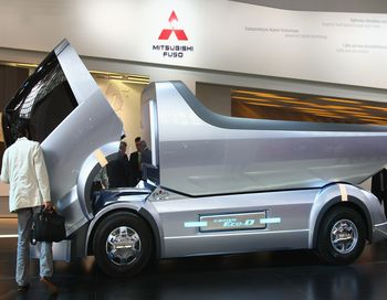 Митсубиси Фусо(Mitsubishi Fuso Canter)  концепт популярного грузовика с двигателем гибридного типа, который по планам руководства Mitsubishi возможно будет продаваться в России. Фото: Sean Gallup/Getty Images