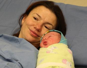 Елена Николаева с новорожденным сыном Петром, который стал семимиллиардным жителем Земли, в родильном зале Калининградского перинатального центра. Фото РИА Новости