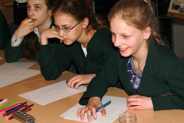 Участницы  конкурса детского рисунка на тему нанотехнологии. Фото: Сергей Лучезарный/Великая Эпоха (The Epoch Times)