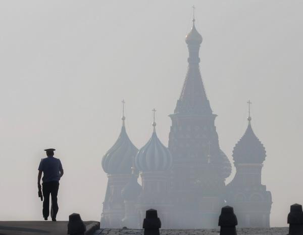 Москва в дыму. Фотообзор. Фото: Andrey SMIRNOV/AFP/Getty Images