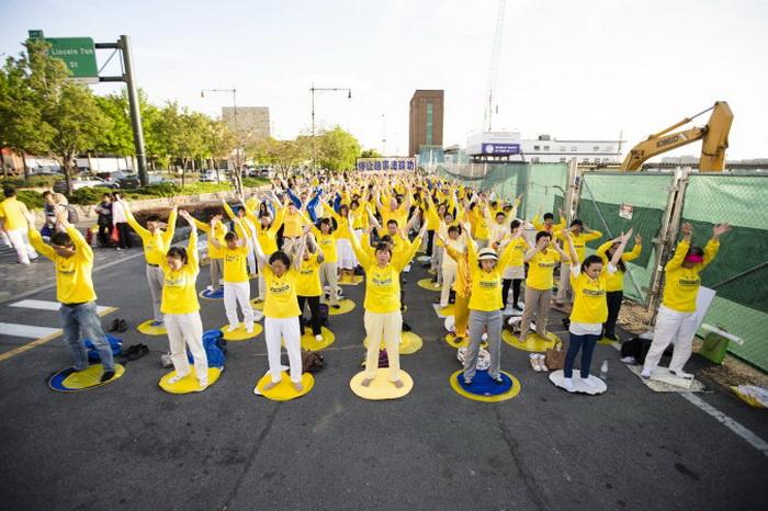 Последователи Фалунь Дафа проводят 17 мая мирную акцию протеста перед китайским консульством в Нью-Йорке, призывая прекратить преследование их сподвижников в Китае. Фото: Edward Dai/The Epoch Times