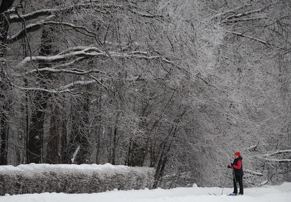 Погода с ледяным дождем и снегопадами, ставшая  виновницей автомобильных пробок и закрытия аэропортов, обещает подарить москвичам настоящий праздник встречи Нового года. Фоторепортаж. Фото: NATALIA KOLESNIKOVA/AFP/Getty Images