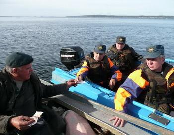 Инспекторы производят проверку. Фото с сайта cap.ru