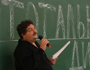 Писатель Дмитрий Быков читает написанный им специально для акции «Тотальный диктант 2011» текст в аудитории Новосибирского государственного университета. Фото РИА Новости