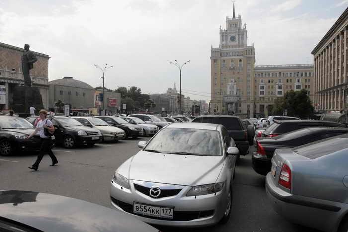 Московским водителям, возможно, в ближайшее время разрешат ездить без номеров в случае, если они были украдены. Фото: NATALIA KOLESNIKOVA/AFP/Getty Images