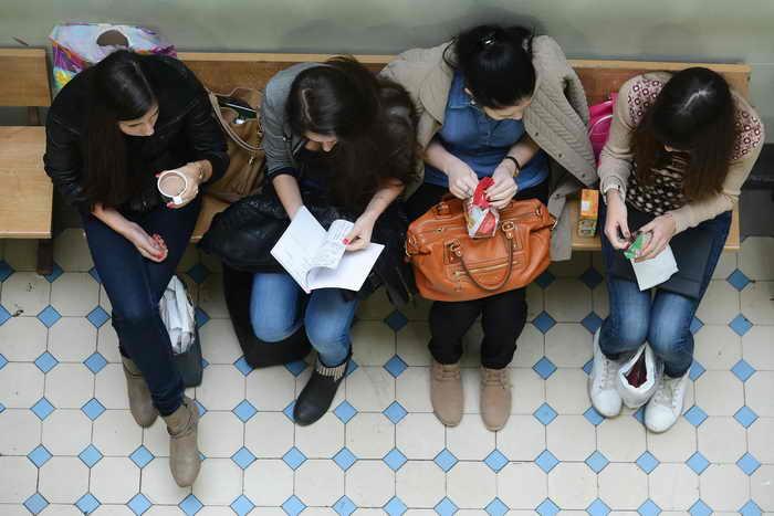 В Чувашии 28 выпускников школ на ЕГЭ 2013 года набрали по сто баллов. Фото: NATALIA KOLESNIKOVA/AFP/Getty Images