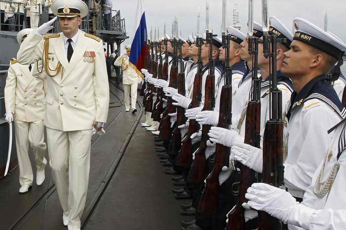 В Балтийске и Кронштадте прошли военные парады в честь 310-летия Балтийского флота. Фото: VLADIMIR RODIONOV/AFP/Getty Images