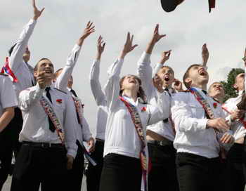 Последний звонок московские выпускники отметили в парке Горького. Фото: ARTYOM KOROTAYEV/AFP/Getty Images