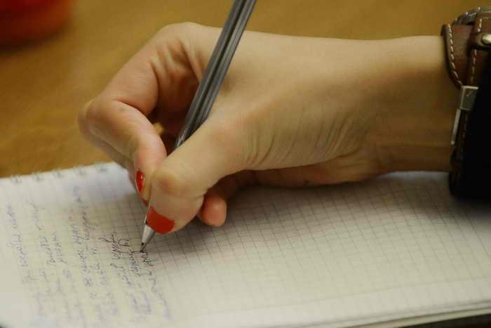 ЕГЭ по русскому языку провалили 2,2% выпускников. Фото: NATALIA KOLESNIKOVA/AFP/Getty Images