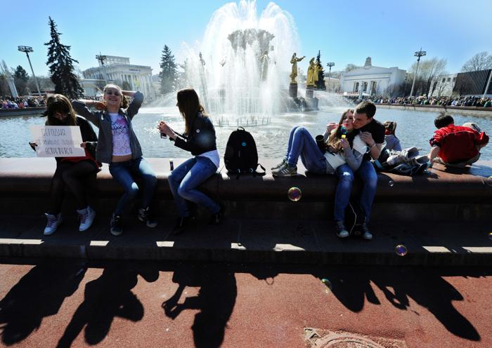 Парад мыльных пузырей прошёл в Москве. Фото: YURI KADOBNOV/AFP/Getty Images