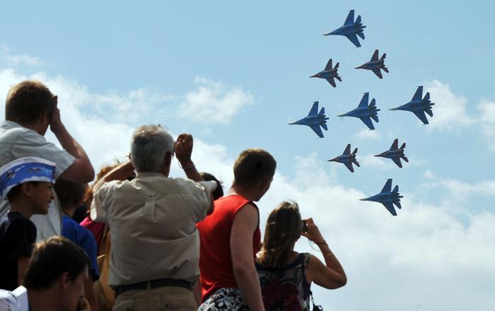 Российские авиационные группы высшего пилотажа провели показательные полёты над Финским заливом в рамках VI международного военно-морского салона в Санкт-Петербурге 7 июля 2013 года. Фото: OLGA MALTSEVA/AFP/Getty Images