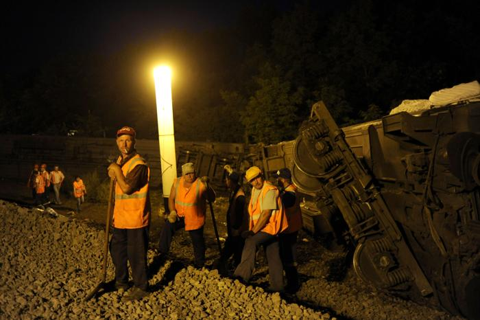 Пять вагонов пассажирского поезда Новосибирск-Адлер сошли с рельс на участке Кисляковская-Крыловская в Краснодарском крае 7 июля 2013 года. Фото: MIKHAIL MORDASOV/AFP/Getty Images