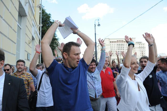 Шествие в центре Москвы перед тем как Алексей Навальный подал документы в Мосгоризбирком для регистрации его как кандидата в мэры Москвы 10 июля 2013 года 10 июля 2013 года. Фото: VASILY MAXIMOV/AFP/Getty Images