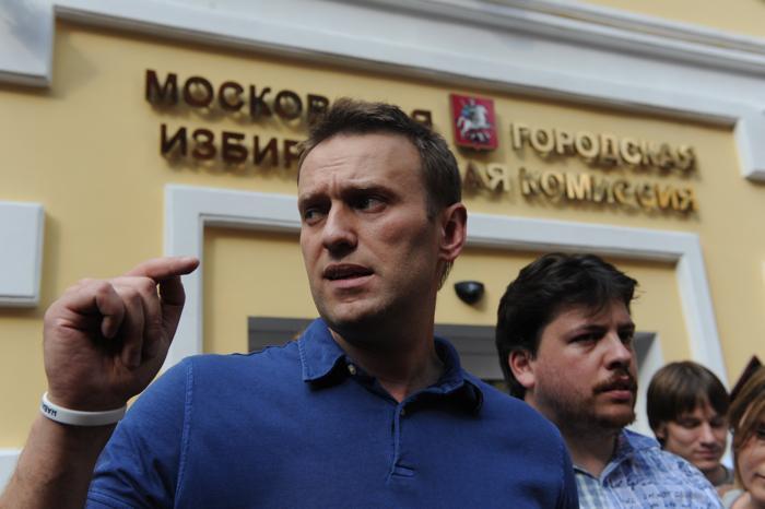 Оппозиционер Алексей Навальный подал документы в Мосгоризбирком для регистрации его как кандидата в мэры Москвы 10 июля 2013 года. Фото: VASILY MAXIMOV/AFP/Getty Images