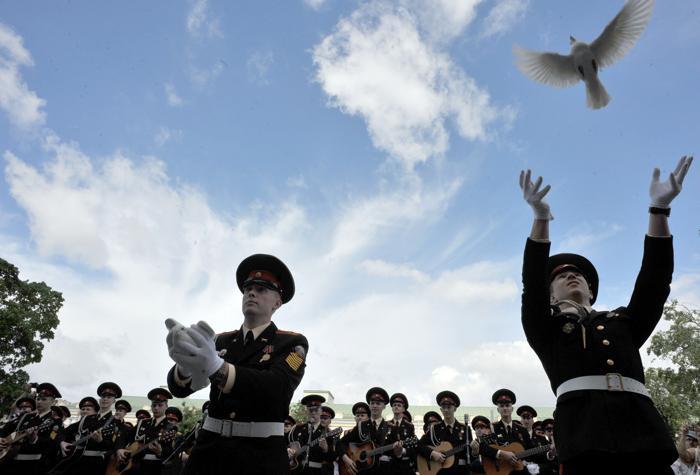 В официальной церемонии приняли участие курсанты Суворовского военного училища. Фото: OLGA MALTSEVA/AFP/Getty Images